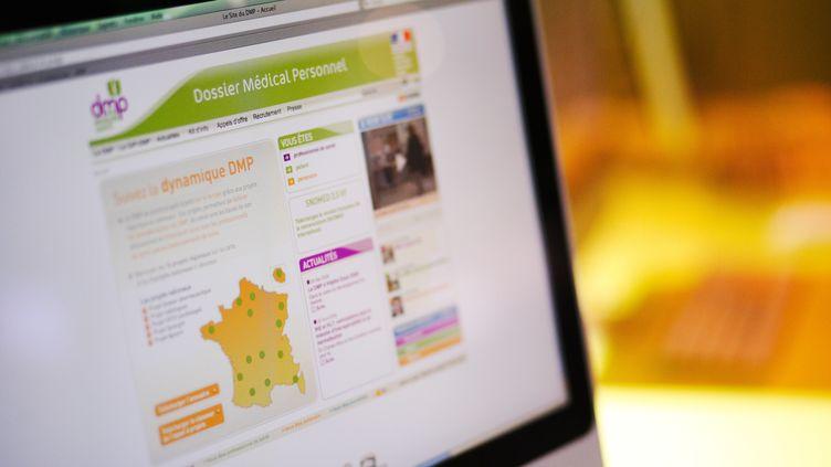"""Le dossier médical personnel est une sorte de """"carnet de santé numérique"""" consultable en ligne. (GARO / PHANIE / AFP)"""