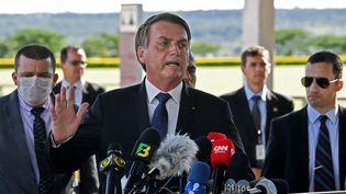 Le président brésilien, Jair Bolsonaro, s'exprime devant la presse, le 20 mars 2020 à Brasilia. (EVARISTO SA / AFP)