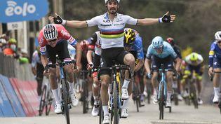 Julian Alaphilippe prend le meilleur sur Mathieu van der Poel et Wout van Aert, le 11 mars 2021 sur Tirreno-Adriatico (MARCO ALPOZZI / LAPRESSE)