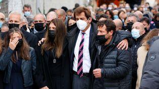 Max Guazzini, ex-président du Stade Français, enlaceLoretta Denaro, veuve de Christophe Dominici, et Franck Comba, son ami de toujours, lors des obsèques de l'ancien joueur, le 3 décembre 2020, à Boulogne-Billancourt (Hauts-de-Seine). (THOMAS SAMSON / AFP)