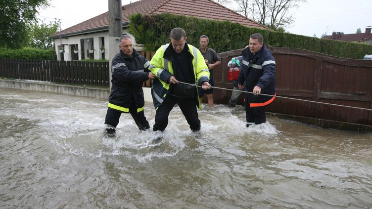Des personnes évacuées de leur domicile à Buchères (Aube), près de Troyes, le 7 mai 2013. (MAXPPP)