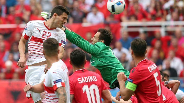 Fabian Schär profite de la mauvaise sortie de Berisha pour ouvrir le score ! (EVRIM AYDIN / ANADOLU AGENCY)