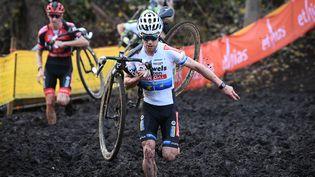 Eli Iserbyt avec son maillot de champion d'Europe dans la boue du Jaarmarktcross, le 11 novembre 2020. (DAVID STOCKMAN / BELGA MAG)