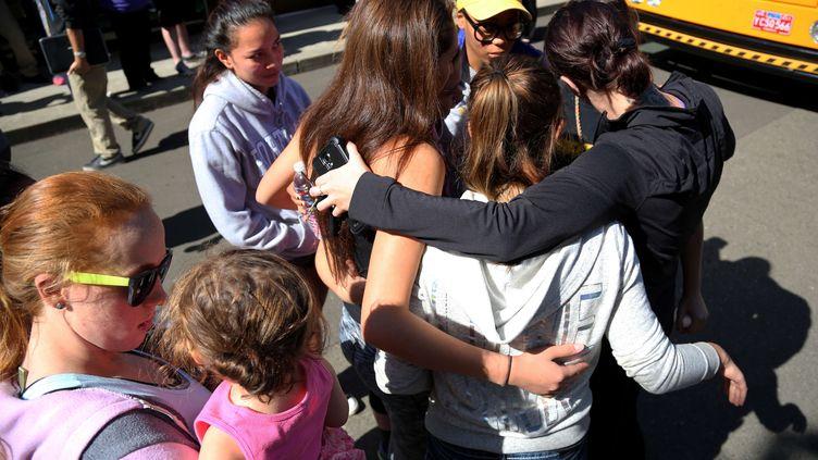 Les étudiants et leurs proches réunis après la fusillade de l'université d'Umpqua à Roseburg (Etats-Unis), jeudi 1er octobre. (RYAN KANG/AP/SIPA/AP)