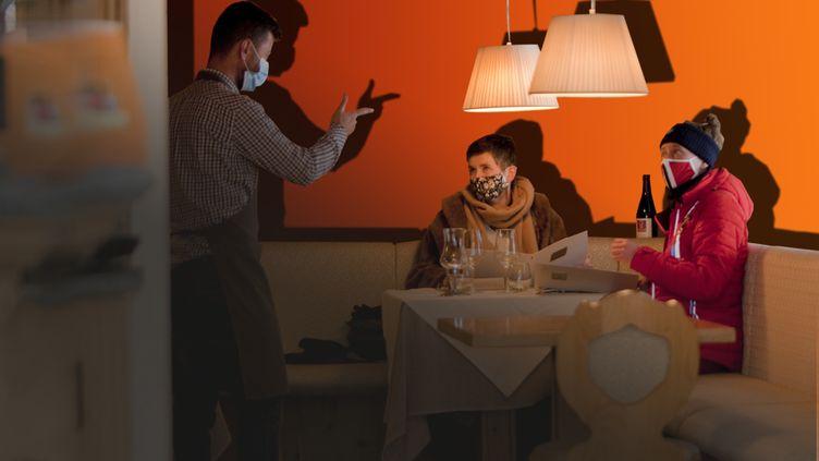 Deux personnes attabléesdans un restaurant face à un serveur qui prend la commande (illustration). (THIBAUT DURANT/ AFP / STEPHANIE BERLU / FRANCEINFO)