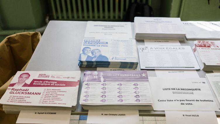 Des bulletins de vote dans une école du 11e arrondissement de Paris, le 26 mai 2019. (DENIS MEYER / HANS LUCAS / AFP)