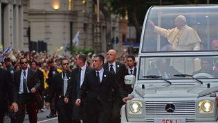 Le pape François salue la foule peu après son arrivée à Rio de Janeiro (Brésil) lundi 22 juillet, où il doit assister aux Journées mondiales de la jeunesse. (CHRISTOPHE SIMON / AFP)