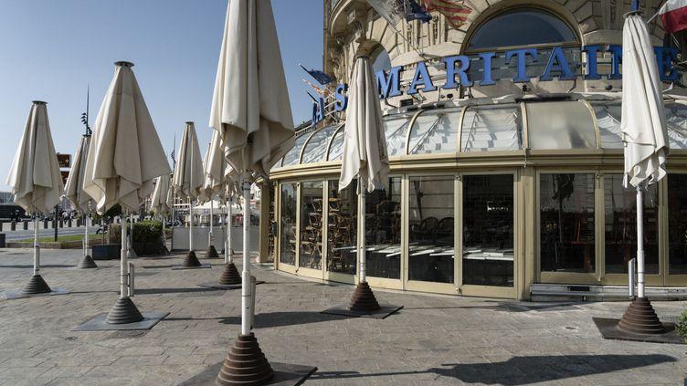 Un restaurant fermé sur le Vieux-Port de Marseille, le 30 septembre 2020. (TOMASELLI ANTOINE / MAXPPP)