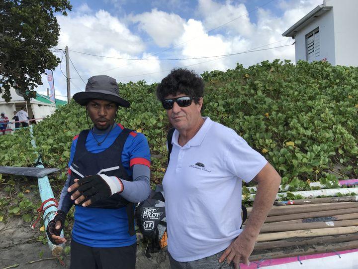 Remir Mathias, un des plus jeunes patrons de yole de Martinique, donne ses instructions à Jean le Cam. (JÉRÔME VAL / FRANCE-INFO)