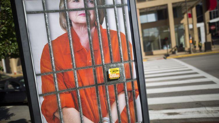 Une affiche met en scène Hillary Clinton derrière des barreaux, au premier jour de la convention républicaine à Cleveland (Etats-Unis), le 18 juillet 2016. (MAXPPP)