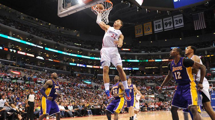 Blake Griffin monte au dunk sous les yeux de Dwight Howard