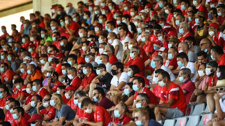 Des supporters de Nîmes lors d'un match face à Brest, en août 2020. (SYLVAIN THOMAS / AFP)