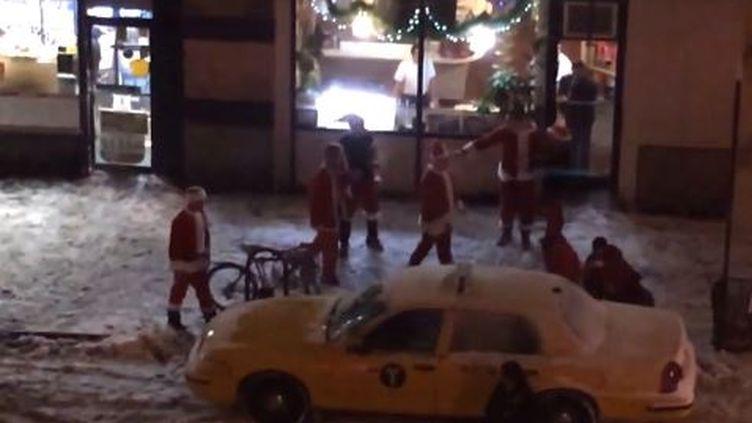 Capture d'écran d'une vidéo tournée à New York, le 14 décembre 2013, montrant des personnes déguisées en père Noël, à la recherche d'une bagarre. (YOUTUBE)