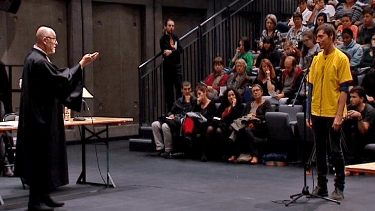 """Maitre Alain Jakubowicz et Thierry Raynaud sur la scène du TNP transformée en salle d'assises pour le spectacle """"Please, continue (Hamlet)""""  (France 3 / Culturebox)"""