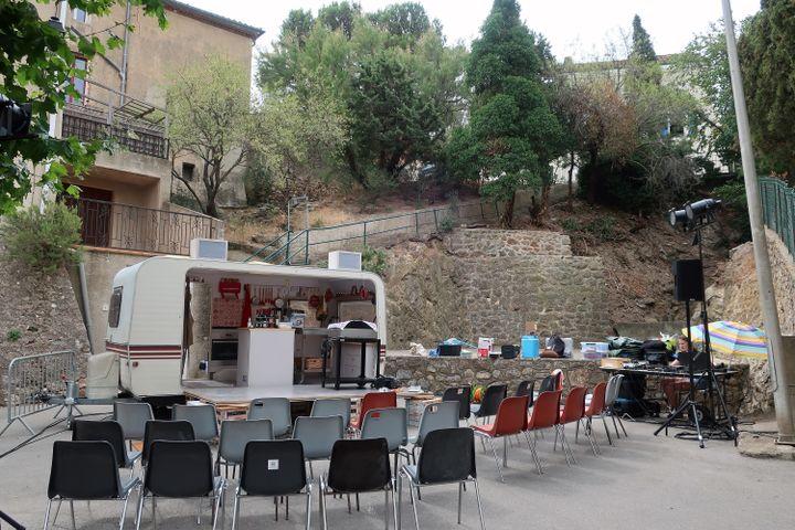 """Caravane du spectacle """"La cuisine des auteurs"""", sur la place de la mairie de Treilles (Aude), le 23 juillet 2021 (Laurence Houot / FRANCEINFO CULTURE)"""