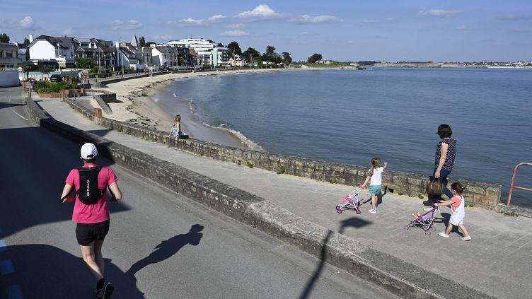 La plage de Larmor, dans le Morbihan, le 7 mai 2020. Certains élus constatent que sur les plages qui ont été réouvertes, les consignes ne sont pas toujours respecées. (THIERRY CREUX / MAXPPP)