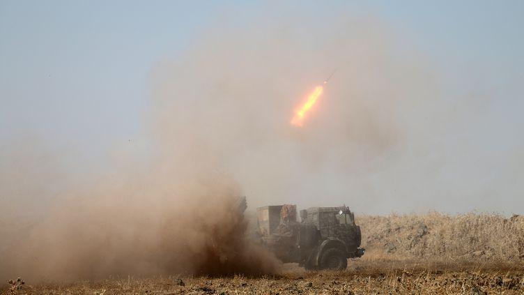 Des roquettes sont tirées en Syrie, le 16 juillet 2018. (AHMAD AL-MSALAM / AFP)