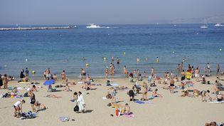 La plage des Catalans, à Marseille (Bouches-du-Rhône), a la particularité d'être située dans le centre-ville. (GERARD GUITTOT / PHOTONONSTOP / AFP)