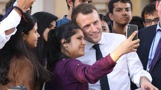Le président de la République, Emmanuel Macron, pose pour un selfie avec des étudiants Indiens à New Delhi, le 10 mars 2018. (LUDOVIC MARIN / AFP)