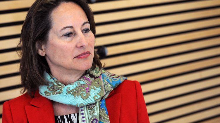 Ségolène Royal, candidate aux législatives à La Rochelle, visite une usine de fabrication de vélos, le 13 juin 2012 à Périgny (Charente-Maritime). (XAVIER LEOTY / AFP)