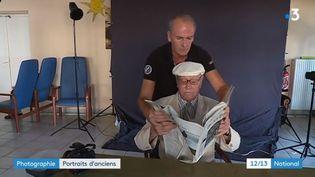 Des personnes âgées prennent la pose devant un photographe. (FRANCE 3)