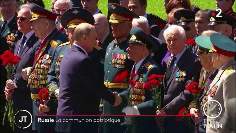 Vladimir Poutine et des héros russes de la Seconde guerre mondiale. (France 2)