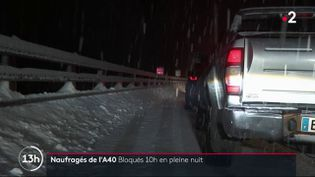 Des chutes de neige et un accident ont semé la pagaille sur l'autoroute A40, dans l'Ain, mardi 12 janvier. Plus de 2 000 automobilistes ont été bloqués et beaucoup ont dû passer la nuit dans leur voiture. (FRANCE 2)
