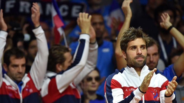 Arnaud Clément avec les Français applaudissent le public