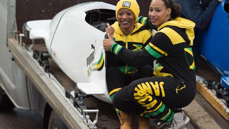 Les Jamaïcaines Audra Sagree et Jazmine Fenlator-Victorian lors de la coupe du monde de bosbleigh à Altenberg, en Allemagne, le 6 janvier 2018. (SEBASTIAN KAHNERT / DPA / AFP)