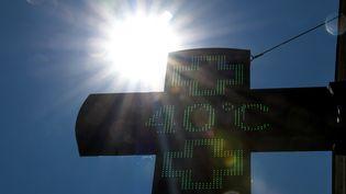 Une enseigne de pharmacie avec la température de 40°C affichée. (DENIS CHARLET / AFP)