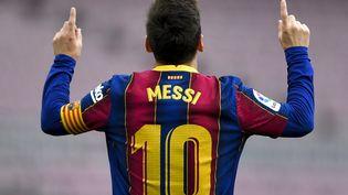 Lionel Messi sous le maillot du FC Barcelone après avoir marqué contre le Celta Vigo, au Camp Nou, le 16 mai 2021. (PAU BARRENA / AFP)