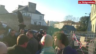 """Capture d'écran de la vidéo publiée par """"Le Télégramme"""" montrant un jeune homme donner un coup à Manuel Valls, le 17 janvier 2017. (LE TELEGRAMME)"""