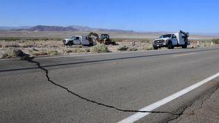 Une fissure sur une route àRidgecrest, en Californie (ouest des Etats-Unis), le 4 juillet 2019. (FREDERIC J. BROWN / AFP)