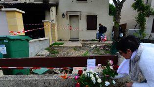 Une femme dépose des fleurs devant le domicile de la victime, le 5 mai 2021. (MEHDI FEDOUACH / AFP)