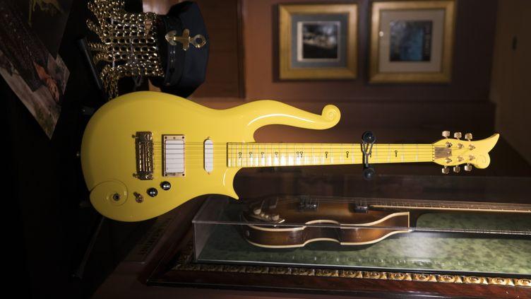 """La guitare jaune """"cloud"""" ayant appartenu au chanteur Prince adjugée à 225 000 dollars, soit le triple de sa valeur.  (DON EMMERT / AFP)"""