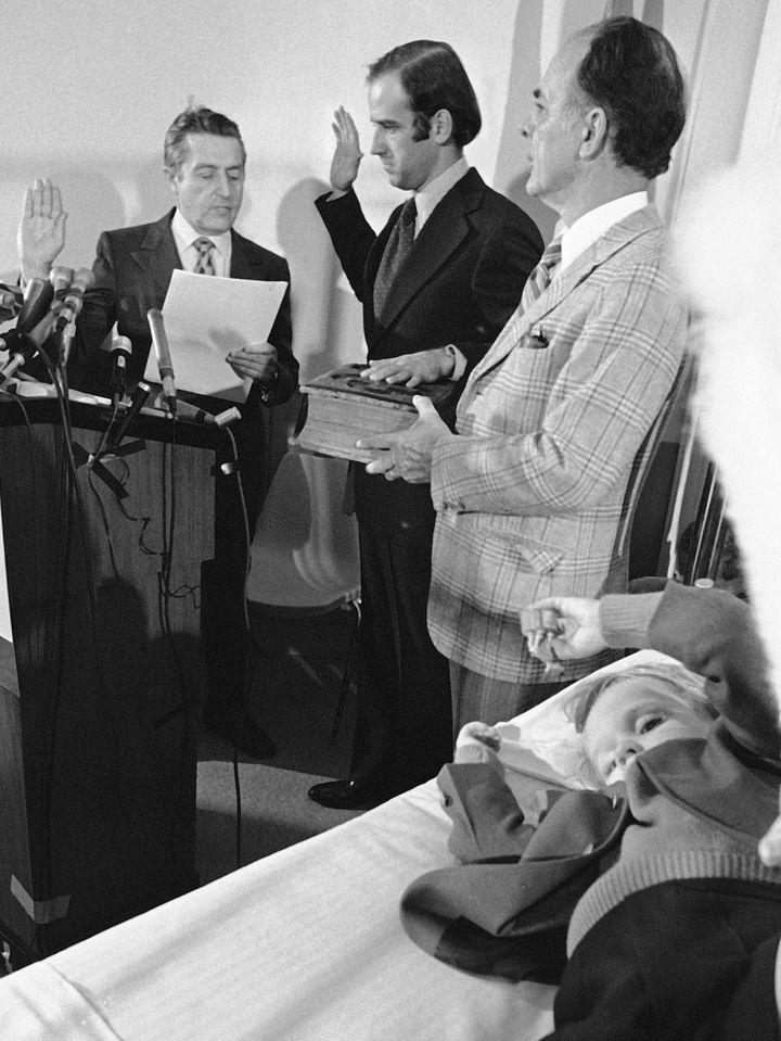 Le sénateur Joe Biden prête serment dans la chambre d'hôpital de son fils Beau, le 5 janvier 1973 à Wilmington (Delaware). (AP / SIPA)