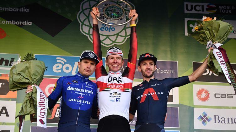 Le Slovène Tadej Pogacar, vainqueur du Tour de Lombardie, encadré par Fausto Masnada (à gauche) et Adam Yates, samedi 9 octobre. (MARCO BERTORELLO / AFP)