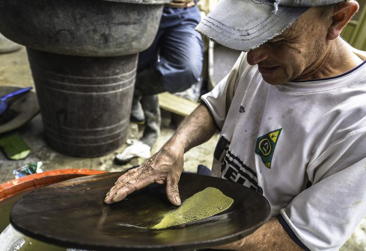 "Un mineur sèche l'or à la Mine ""La Corte"" de La Llanada.  (LUIS ACOSTA / AFP)"