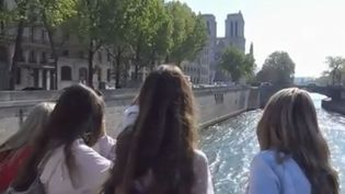 Les touristes s'amassent devant Notre-Dame. (FRANCE 2)