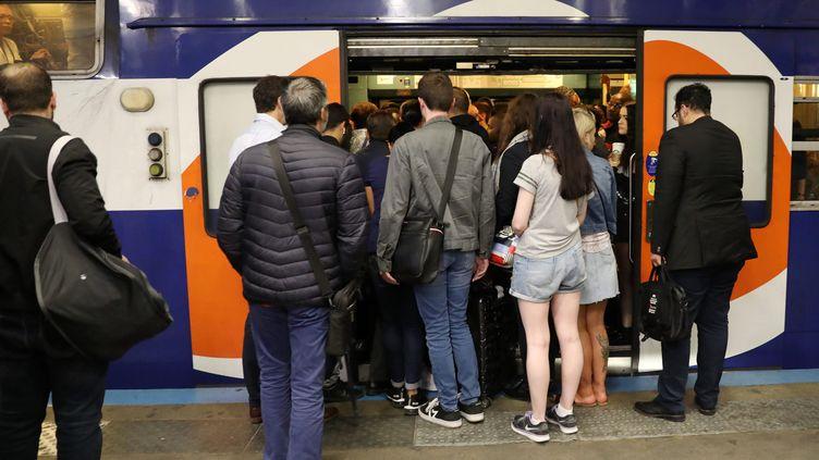 Des passagers sur le quai du RER A, le 13 septembre 2019 à Paris. (MAXPPP)