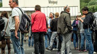 Des manifestants devant l'usine Whirlpool d'Amiens (Somme), le 14 mai 2017. (PHILIPPE HUGUEN / AFP)