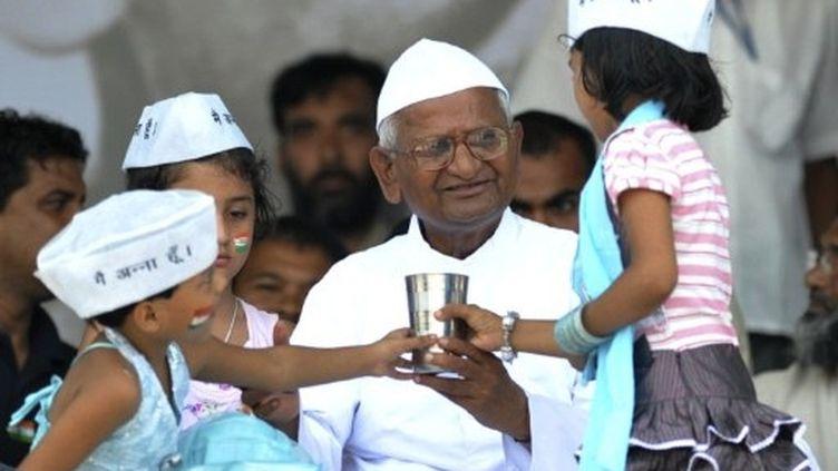 Le militant anti-corruption Anna Hazare rompt un jeûne de treize jours (New Delhi, 28 août 2011) (AFP / Sajjad Hussain)