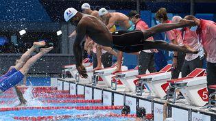 Mehdy Metella pendant les séries du relais masculin 4x100 m, dimanche 25 juillet. (ATTILA KISBENEDEK / AFP)