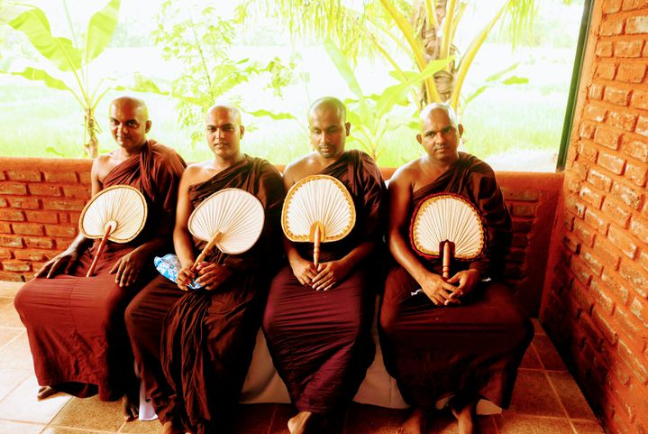 Au Sri Lanka, les moines bouddhistes ne sont jamais très loin ! Ce sont eux qui ontmis à disposition le terrain pour construire le centre informatique d'Audangawa (EMMANUEL LANGLOIS / RADIO FRANCE)