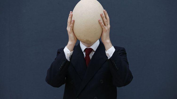 Présentation d'un œuf d'oiseau-éléphant semi-fossiliséavant sa mise aux enchères chez Christie's, à Londres (Royaume-Uni), le 27 mars 2013. (SUZANNE PLUNKETT / REUTERS)