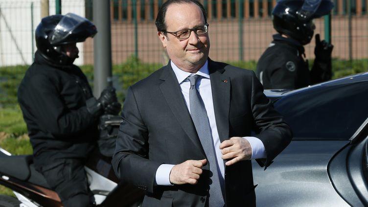 François Hollande arrive dans l'usinePlastic Omnium de Venette (Oise) le 15 avril 2016. (PATRICK KOVARIK / AFP)