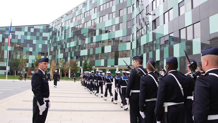 Des militaires devant le ministère de la Défense à Paris, le 5 novembre 2015. (ONUR USTA / ANADOLU AGENCY / AFP)