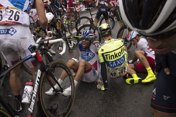 Le Français Thibaud Pinot est à terre après une chute collective dans la 5e étape du Tour de France, le 8 juillet 2015. (JEFF PACHOUD / AFP)