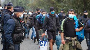 Des migrants sont évacués d'un camp installé à Calais (Pas-de-Calais), mardi 29 septembre 2020. (BERNARD BARRON / AFP)