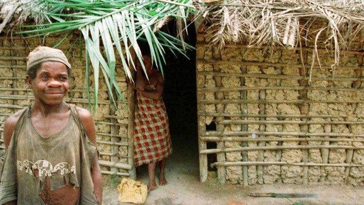 Un pygmée pose devant sa maison dans un village de la province de la Nyanga (sud du Gabon). (Therese Di Campo)